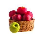 Pommes rouges et vertes dans un panier en bois Image libre de droits