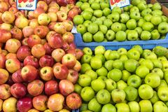 Pommes rouges et vertes fraîches à vendre Photo stock