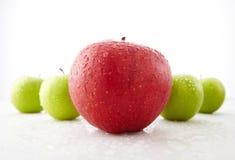Pommes rouges et vertes fraîches Images stock