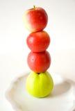 Pommes rouges et vertes sur l'eatch autre photographie stock libre de droits
