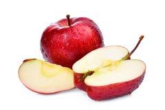 Pommes rouges fraîches avec des baisses de l'eau et tranche d'isolement sur le blanc Photos stock
