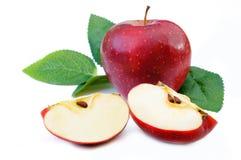 Pommes rouges fraîches avec des feuilles d'isolement sur le fond blanc Image libre de droits
