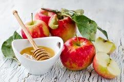 Pommes rouges fraîches avec du miel Image stock