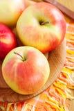 Pommes rouges fraîches sur la table en bois Image stock