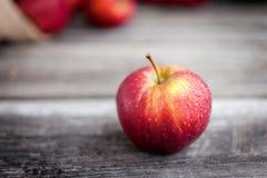 Pommes rouges fraîches sur le fond en bois Photos stock