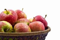 Pommes rouges humides fraîches dans le panier Photographie stock libre de droits