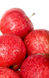Pommes rouges mûres avec des gouttes de l'eau d'isolement Images stock
