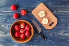 Pommes rouges mûres fraîches dans la cuvette photos libres de droits