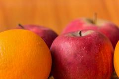 Pommes rouges mûres sur la fin de table  Photographie stock libre de droits