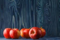 Pommes rouges mûres sur le fond en bois photo libre de droits