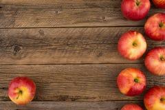 Pommes rouges sur la vieille table en bois Photos stock