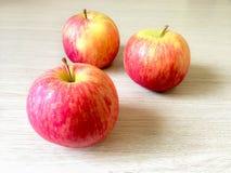 Pommes rouges sur le fond en bois Photo stock