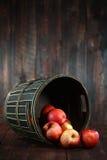 Pommes rouges sur le fond grunge en bois Images libres de droits