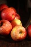 Pommes rouges sur le fond grunge en bois Photo stock