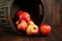 Pommes rouges sur le fond grunge en bois Photos stock