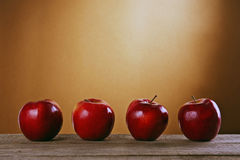 Pommes rouges sur une table en bois Photos stock