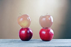 Pommes rouges sur une table en bois Images libres de droits
