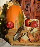 Pommes rouges, table en bois Image stock