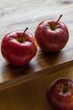 Pommes royales de gala sur le fond en bois avec le copyspace Image libre de droits