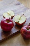 Pommes royales de gala sur le fond en bois avec le copyspace Photo libre de droits