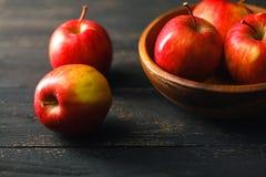 Pommes saines organiques dans la cuvette sur le conseil en bois Nourriture saine photos libres de droits
