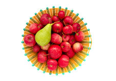 Pommes sauvages et poire verte dans le plat d'isolement Image libre de droits