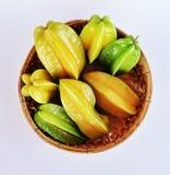 Pommes srar vertes et jaunes dans la vannerie en bambou Photo libre de droits