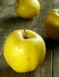 Pommes sur en bois Photos libres de droits
