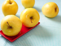 Pommes sur la nappe à carreaux Photos libres de droits