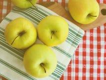 Pommes sur la serviette de table Image libre de droits