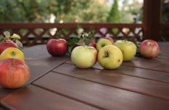 Pommes sur la table photographie stock