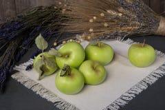 Pommes sur la table photo libre de droits