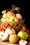 Pommes sur la table en bois Images libres de droits
