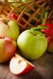 Pommes sur la table en bois Image stock