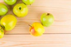 Pommes sur la table en bois Photo stock