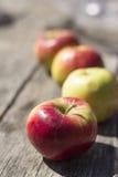 Pommes sur la table en bois Photos libres de droits