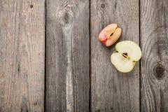 Pommes sur la table en bois Photographie stock libre de droits