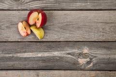 Pommes sur la table en bois Photo libre de droits
