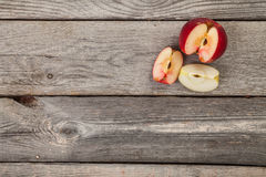 Pommes sur la table en bois Photo stock