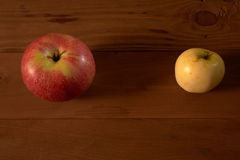 Pommes sur la table en bois Photos stock