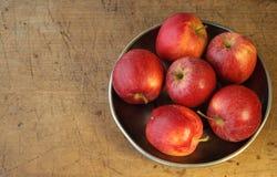Pommes sur la vue supérieure de plaque métallique Photos stock