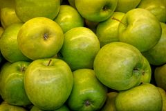 Pommes sur le compteur photos stock