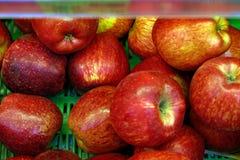 Pommes sur le compteur images stock