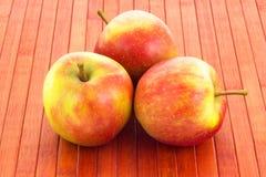 Pommes sur le fond boisé Image libre de droits