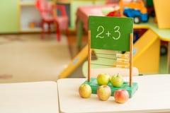 Pommes sur le fond des factures en bois de vintage pour des enfants sur la table Photos libres de droits