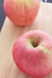 Pommes sur le fond en bois Image libre de droits