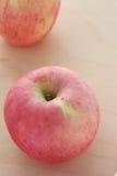 Pommes sur le fond en bois Image stock