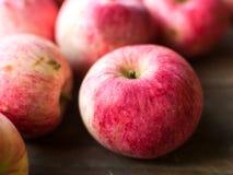 Pommes sur le fond en bois de table Image libre de droits