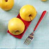 Pommes sur le rouge Image stock