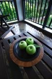 Pommes sur le Tableau Photographie stock libre de droits